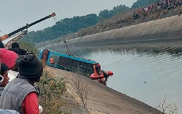 В Індії в канал упав автобус, 40 загиблих