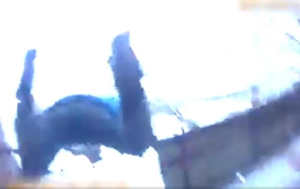 У Кременчуці копи за ногу зловили чоловіка, котрий вистрибнув із балкона