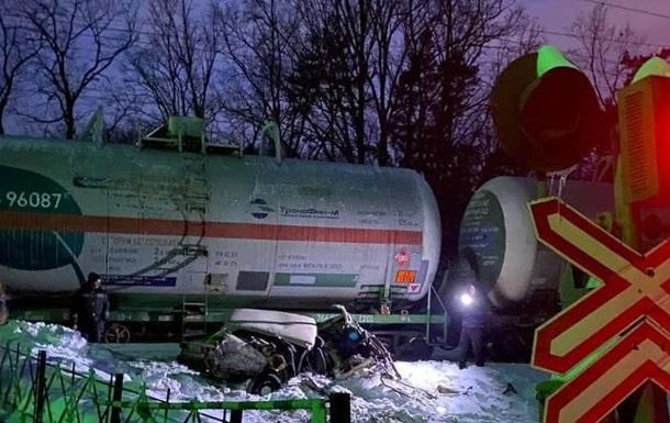 У Києві ВАЗ потрапив під потяг, пасажира протягнуло по коліях
