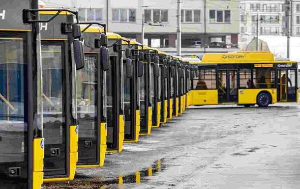 В Киеве пассажирам пришлось толкать троллейбус