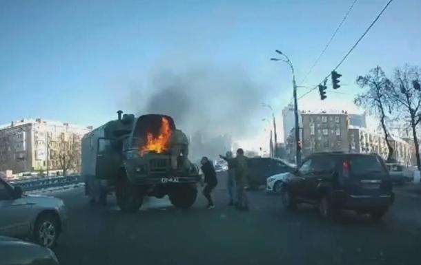 В Киеве на дороге загорелся военный автомобиль