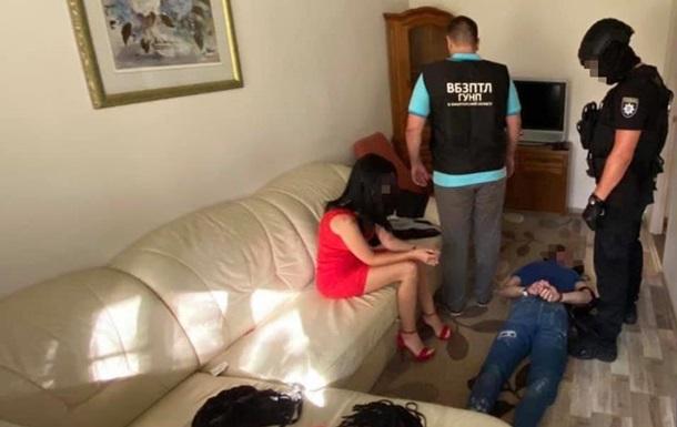 Женщина соблазняла, а мужчины врывались с камерой: задержаны вымогатели