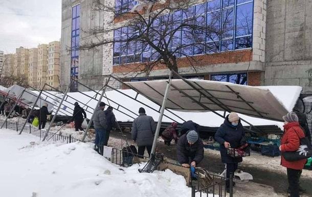У Києві на голови людей впав залізний навіс