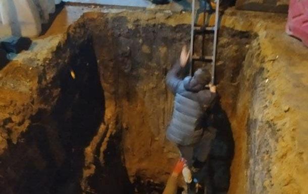 В Одессе парень на улице упал в глубокую яму