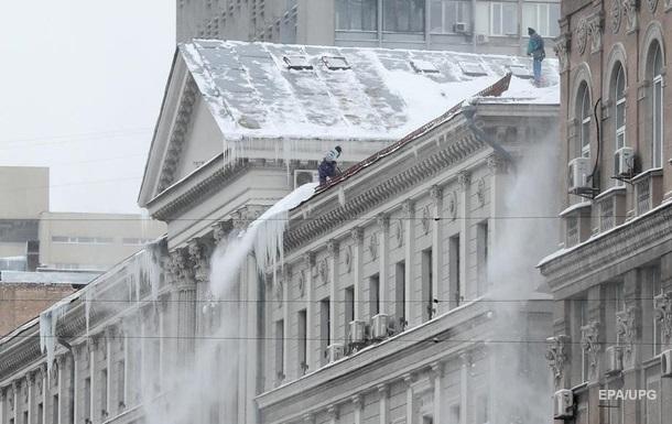 У Києві жінка постраждала від обвалення снігу і льоду з даху