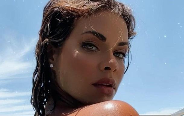Бразильская модель сверкнула обнаженной грудью