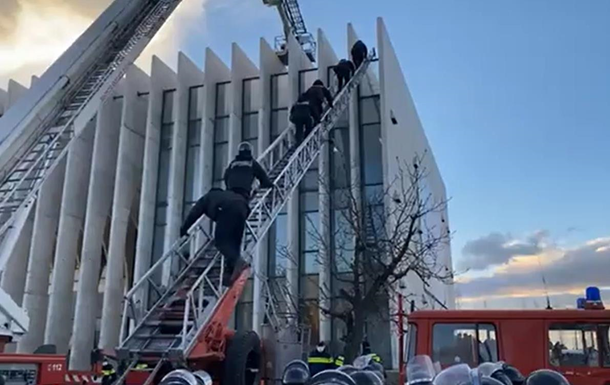 Опубликовано видео штурма офиса партии в Грузии