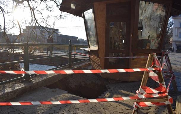 В центре Ужгорода образовалась четырехметровая яма