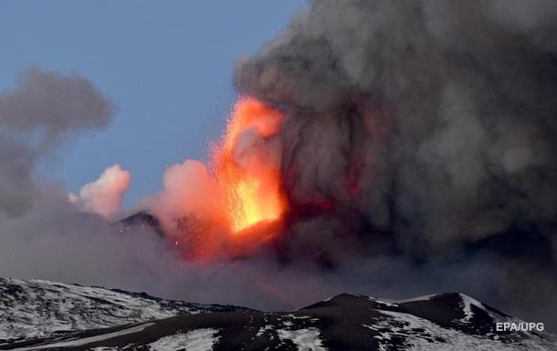 На Сицилии продолжается извержение вулкана Этна