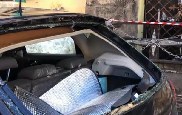 Во Львове падающий лед повредил десятки авто