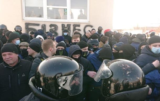 Во Львове четверо полицейских пострадали в стычке с активистами