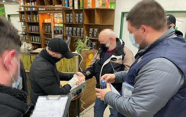 На Закарпатье задержан таможенник, вымогавший взятку за перевозку сигарет