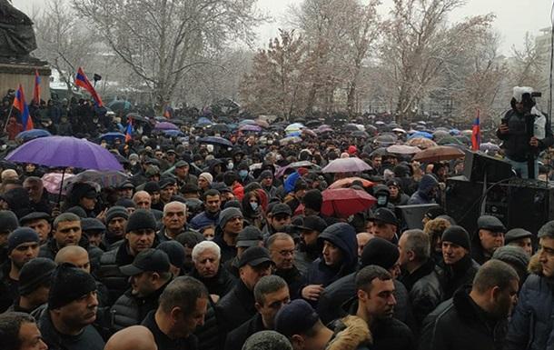 У Єревані спалахнули протести, зводяться барикади