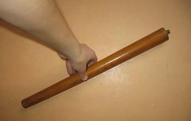 Чоловік намагався виміряти ніжкою від стільця довжину прямої кишки