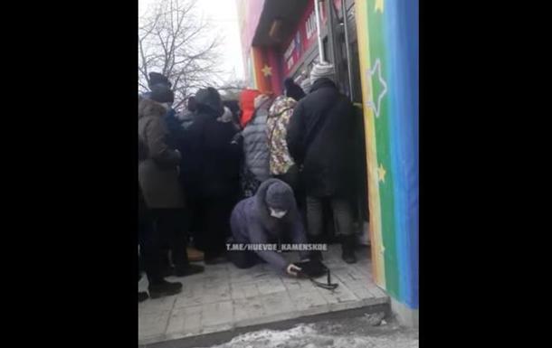 Під Дніпром біля секонд-хенду постраждала пенсіонерка