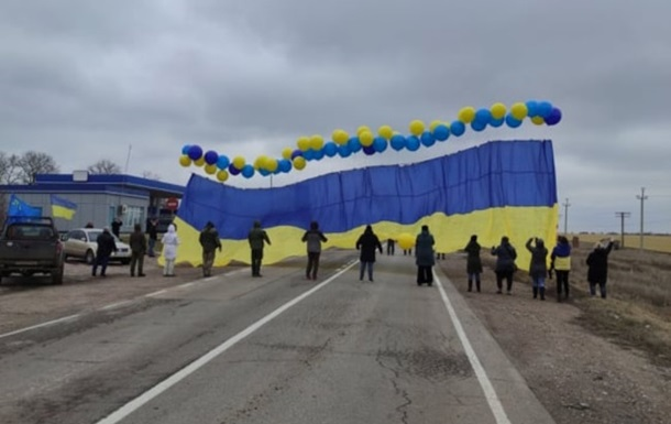 Ukrainian flag launched towards Crimea