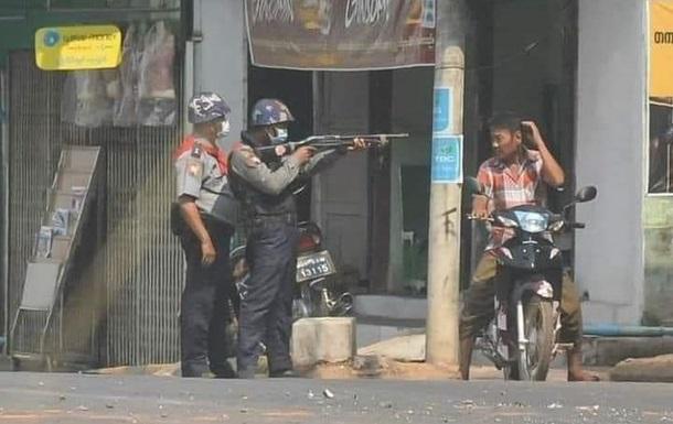 Вбивство на протестах в М янмі: ЄС і США вживуть заходів проти військових