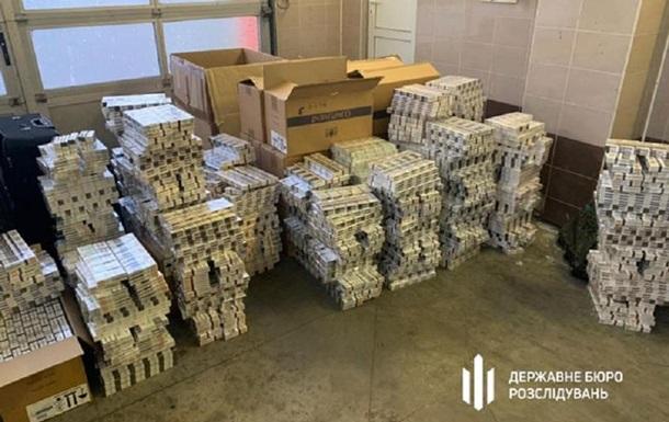 Украинские дипломаты перевозили 16 кг золота и $140 тысяч
