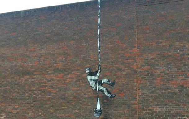 На стене тюрьмы: появилось новое граффити Бэнкси