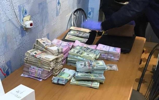 На Харківщині у селищного голови під час обшуку знайшли $200 тисяч