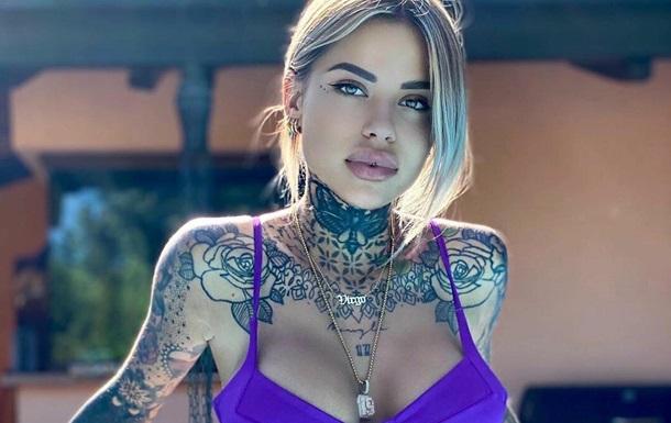 Вся в татуировках: девушка футболиста восхитила снимком в купальнике