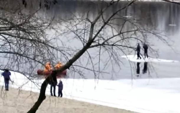 В Киеве спасли двух людей со льдины Днепра