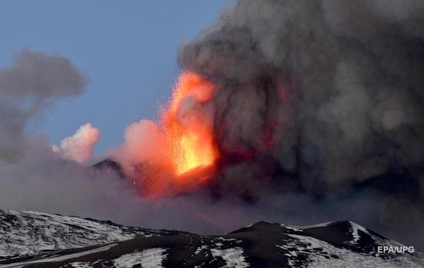 В Италии снова начал извергаться вулкан Этна