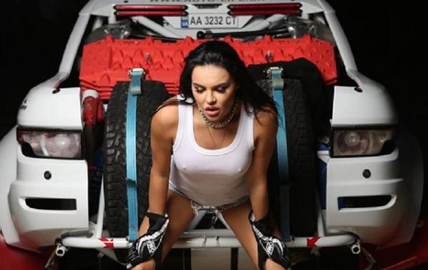 Секс-символ автоспорта позировала в эротическом белье на Lamborghini