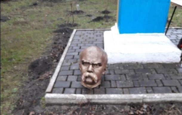 На Прикарпатье вандалы обезглавили памятник Шевченко