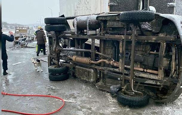 На Дніпропетровщині зіткнулися дві вантажівки, є загиблий і постраждалі