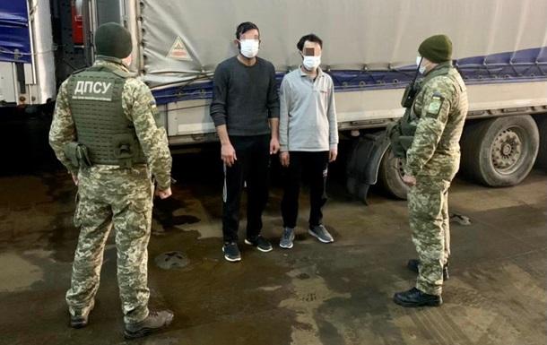 Два сирійці припливли в Україну в вантажному причепі