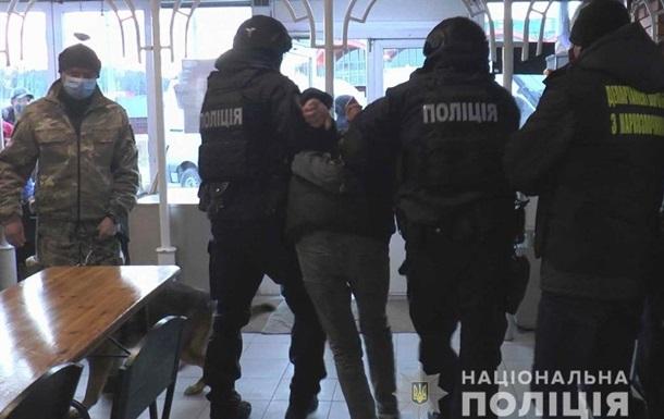 У Сумах поліція шукала наркотики в кафе, а знайшла зброю
