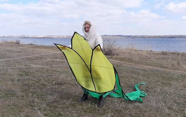Под Николаевом запустили воздушные змеи в виде тюльпанов