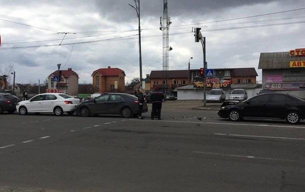 В Киеве  паровозиком  столкнулись четыре авто