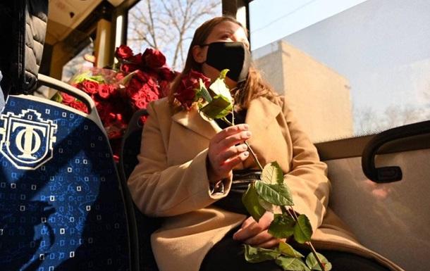 У тролейбусі Одеси жінкам дарували квіти