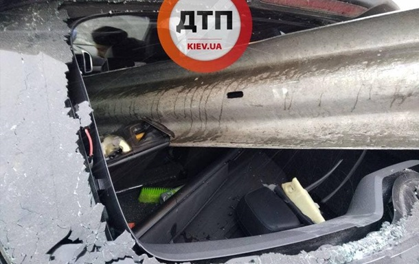 В Киеве отбойник прошил авто насквозь
