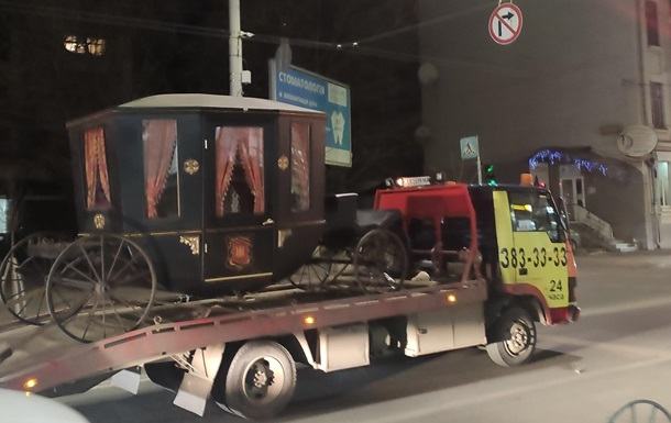 В Киеве эвакуатор увез карету