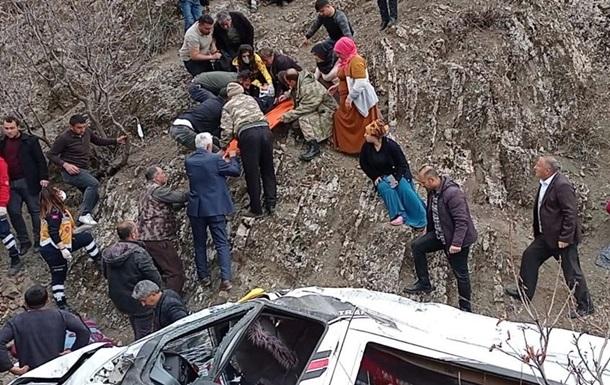 В Турции автобус сорвался со скалы, погибли дети