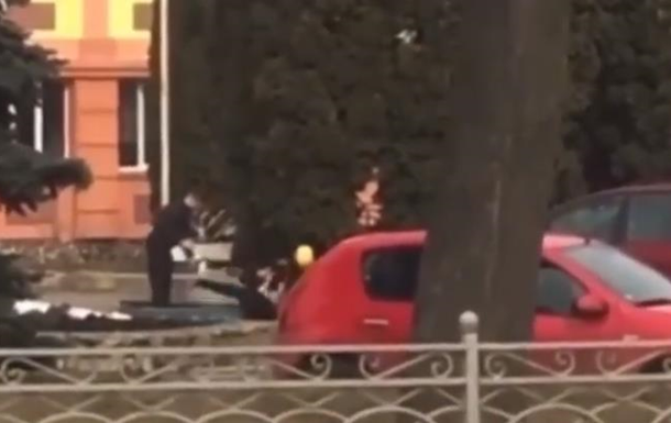 Побиття підлітка в Рівному зняли на відео