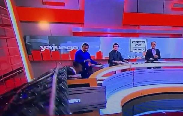 На телеведущего в прямом эфире упал экран