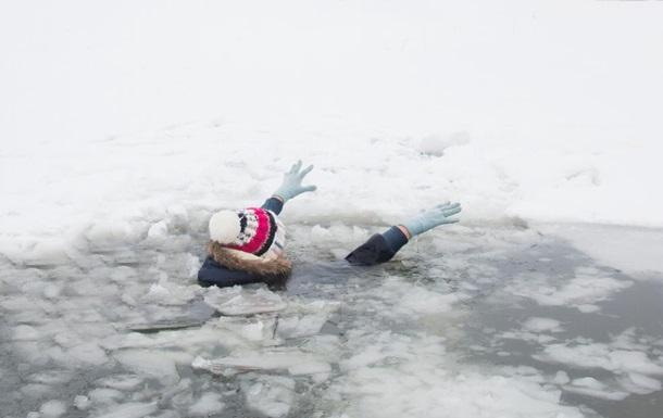 В Коломые девушки провалились под лед, спасая собаку