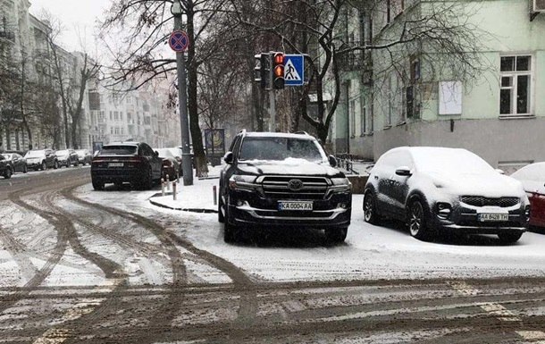 Арахамия припарковался у ОП на пешеходном переходе - СМИ