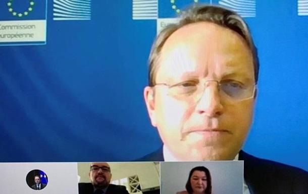 Єврокомісар обговорив з угорцями Закарпаття їхні права в Україні