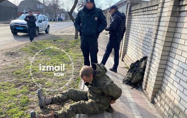 В Ізмаїлі затримали чоловіка у формі прикордонника, який погрожував зброєю