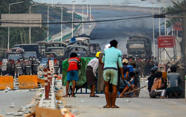 Під час розгону протестів у М янмі за день вбито десятки людей