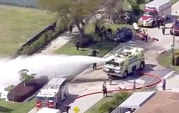 У Флориді легкомоторний літак впав на машину