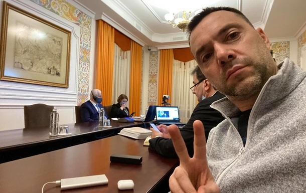 Арестович ответил матом на просьбу писать на украинском
