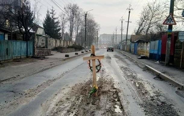 Под Киевом на улице появился могильный крест