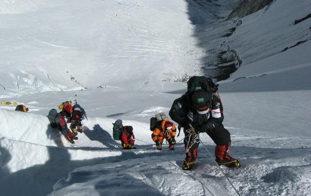 Еверест знову приймає туристів: подано 300 заявок на сходження