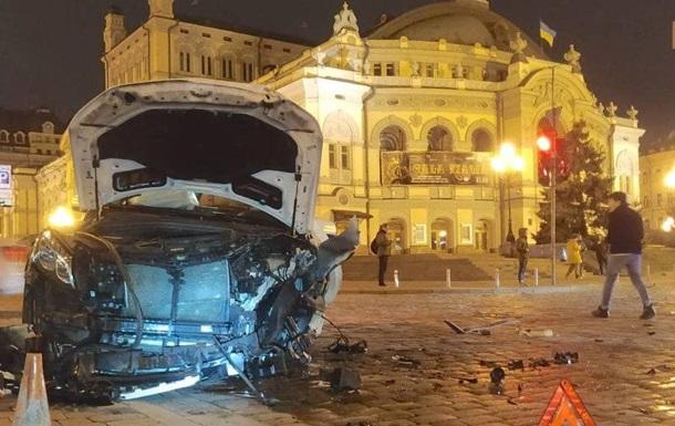 У центрі Києва сталося лобове зіткнення авто